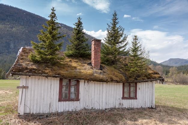 Klein gebouw in noorwegen berg. Gratis Foto