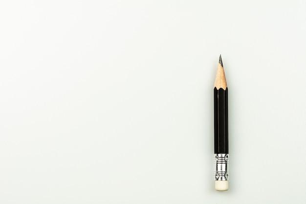 Klein gebruikt potlood dat op witte achtergrond wordt geïsoleerd. Premium Foto