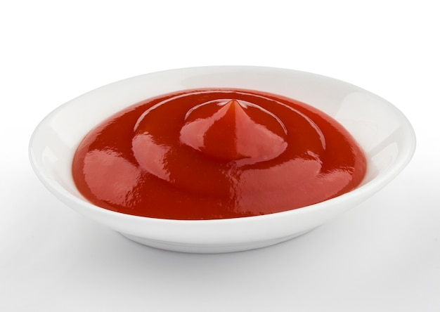 Klein gedeelte van ketchup, tomatensaus op witte achtergrond wordt geïsoleerd die Premium Foto