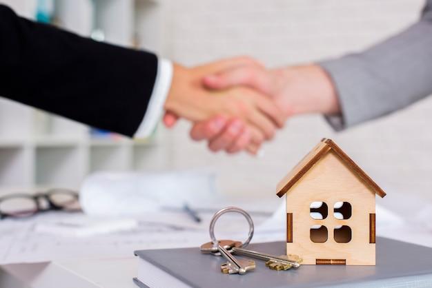Klein houten huis met sleutels Premium Foto
