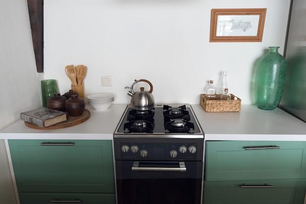 Klein keukeninterieur, stijlvolle keuken in turquoise kleur. hoge kwaliteit foto Premium Foto