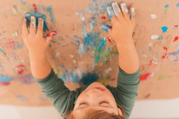 Klein kind dat als een kunstenaar schildert Gratis Foto