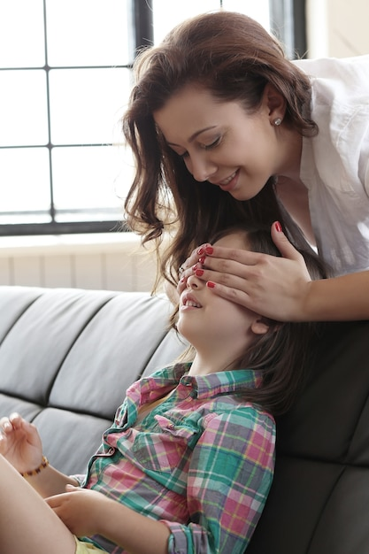 Klein kind verstoppertje spelen met haar moeder en haar ogen sluiten Gratis Foto