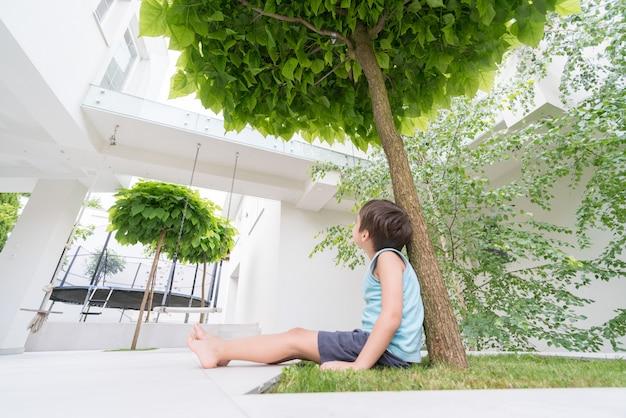 Klein kind voor modern huis Premium Foto