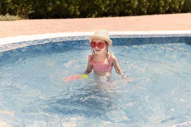 Klein meisje bij het zwembad Premium Foto