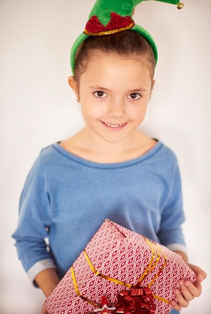 Klein meisje dat zich met kerstmisdoos bevindt Gratis Foto