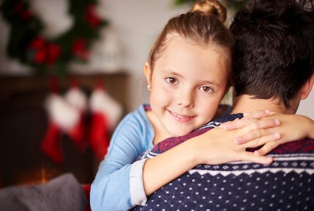 Klein meisje haar vader knuffelen Gratis Foto
