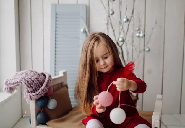 Klein meisje in de studio Gratis Foto