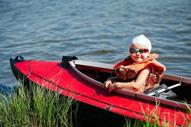 Klein meisje in een kajak. vakantie met het gezin. Premium Foto