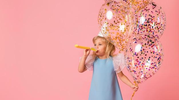 Klein meisje in kostuum met ballonnen Gratis Foto