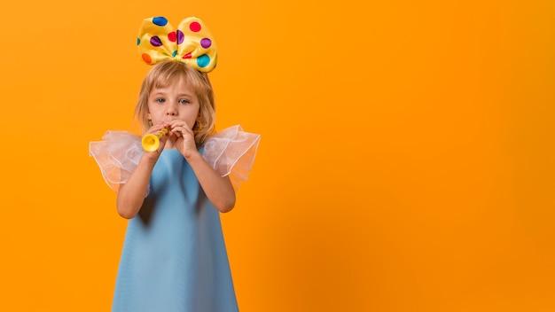 Klein meisje in kostuum met exemplaarruimte Gratis Foto