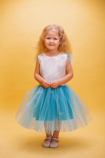 Klein meisje in schattige jurk Gratis Foto
