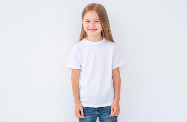 Klein meisje in witte lege t-shirt Premium Foto