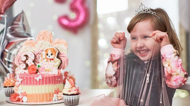 Klein meisje op verjaardagsfeestje gelukkig kijken Premium Foto