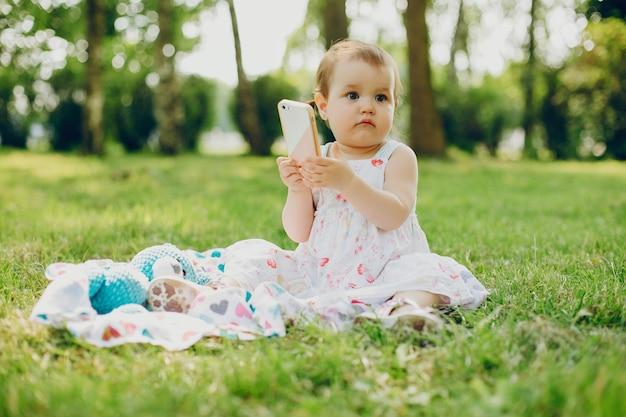 Klein meisje rust in het park Gratis Foto