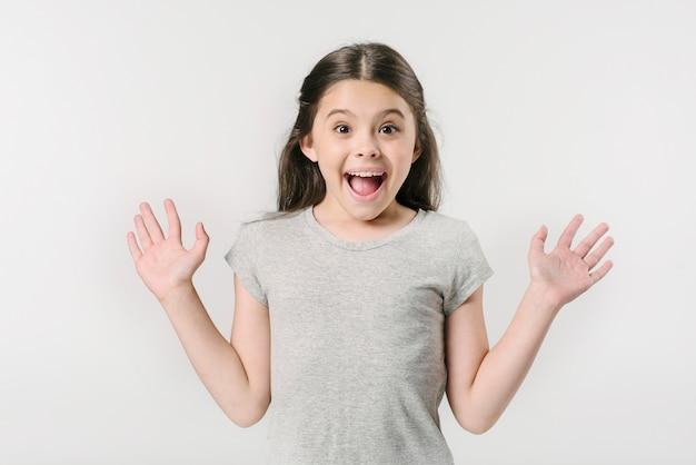 Klein meisje schreeuwen van opwinding in de studio Gratis Foto