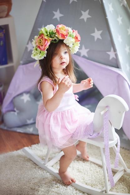 Klein meisje speelt in haar kamer Gratis Foto