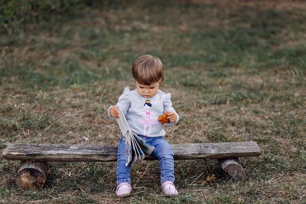 Klein meisje spelen in park Gratis Foto
