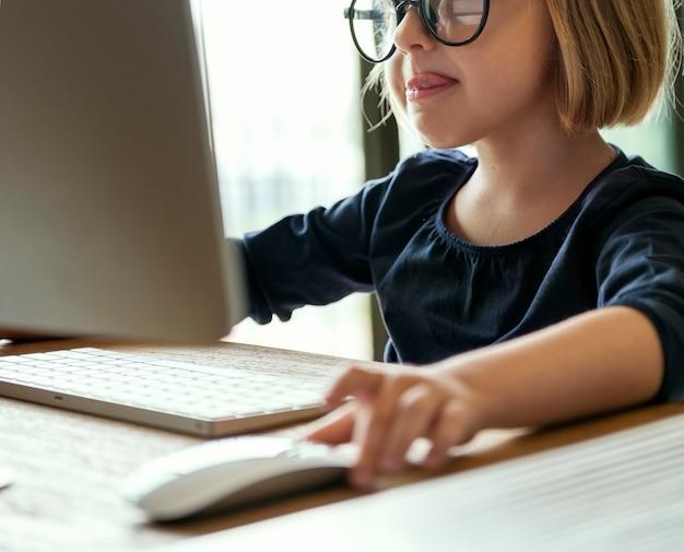 Klein meisje spelen op een computer Gratis Foto