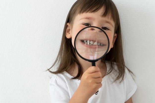 Klein meisje toont haar tanden Premium Foto
