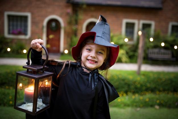 Klein meisje verkleed als een heks Gratis Foto