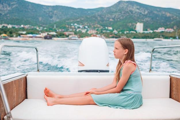 Klein meisje zeilen op de boot in heldere open zee Premium Foto