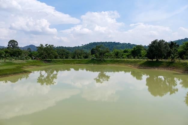 Klein reservoir voor waterretentie voor gebruik op het platteland Premium Foto