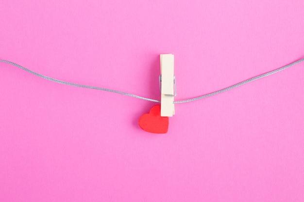 Klein rood hart op houten wasknijper Premium Foto