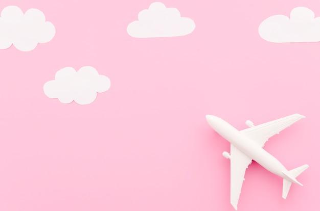 Klein stuk speelgoed vliegtuig met document wolken Gratis Foto