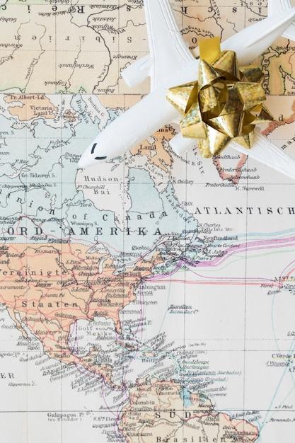 Klein vliegtuig op de kaart Gratis Foto