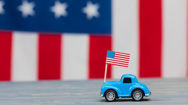 Kleine auto op tafel met vlag Gratis Foto