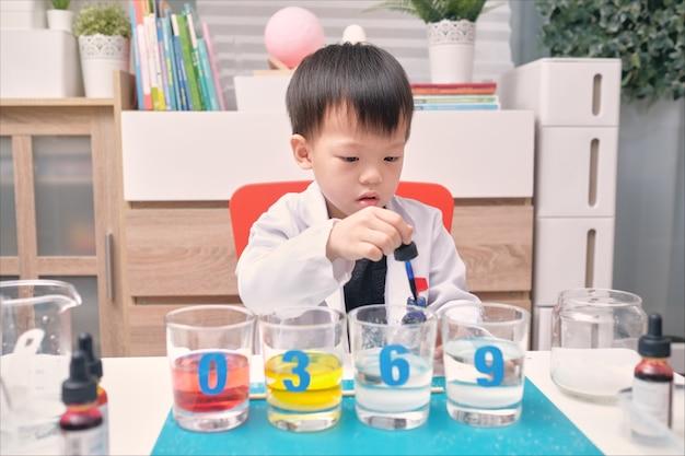 Kleine aziatische kleuterschool jongen studeren wetenschap Premium Foto
