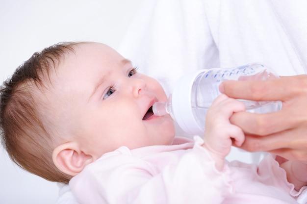 Kleine baby consumptiemelk uit de fles Gratis Foto