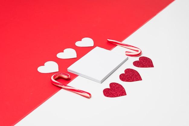 Kleine blocnote met papieren harten Gratis Foto