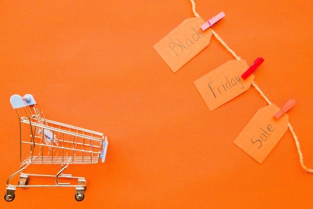 Kleine boodschappenkar met black friday-verkoopinschrijving Gratis Foto