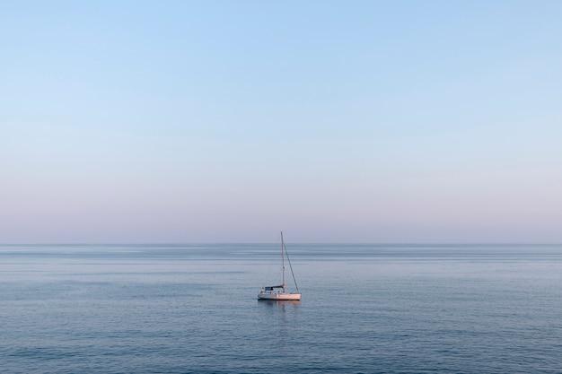 Kleine boot midden op zee Gratis Foto