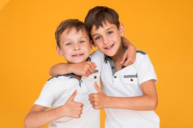 Kleine broers houden elkaar vast Gratis Foto