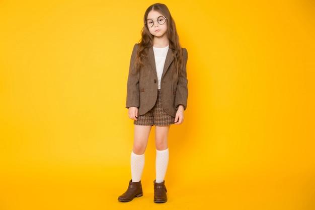 Kleine brunette meisje in kostuum Premium Foto