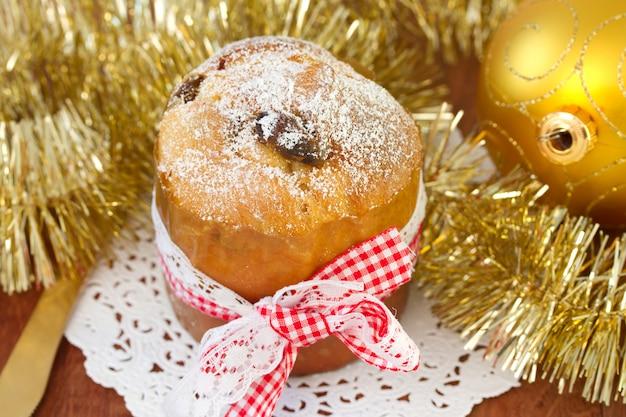 Kleine cake met kerstbal Premium Foto