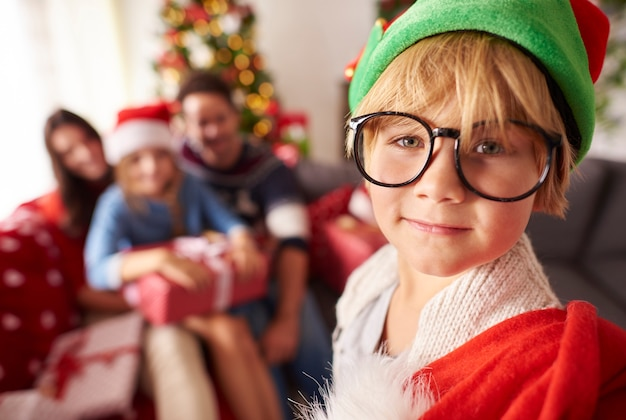 Kleine elf met zak met kerstcadeau voor familie Gratis Foto