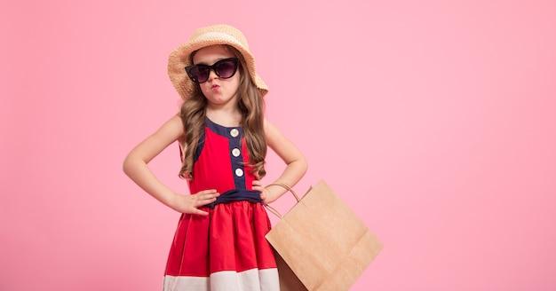 Kleine fashionista op een gekleurde achtergrond in mama's schoenen Gratis Foto