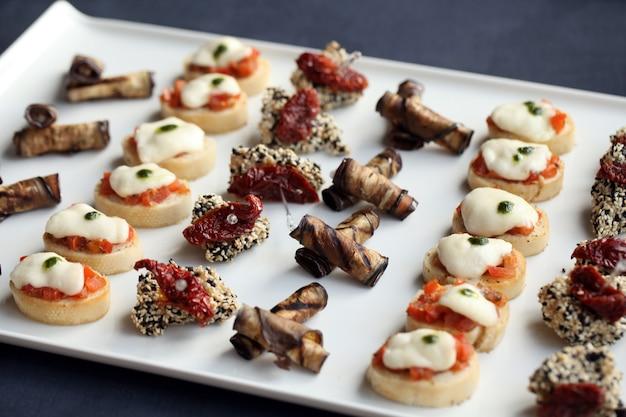 Kleine gastronomische snacks op een bord Gratis Foto