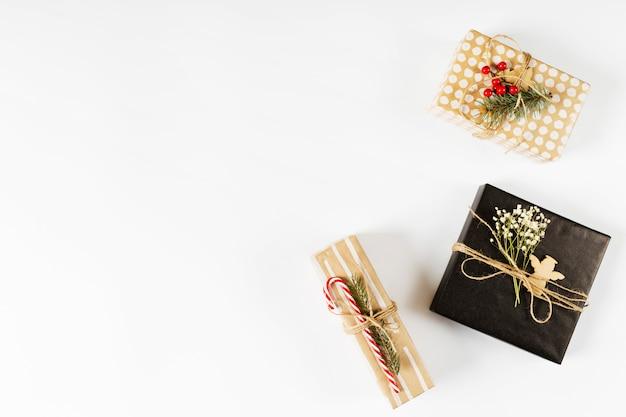 Kleine geschenkdozen op witte tafel Gratis Foto