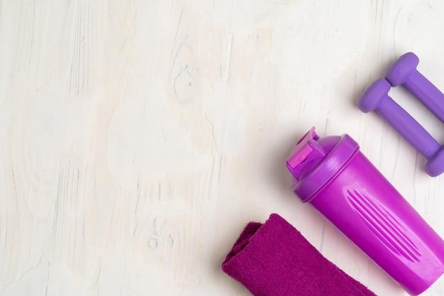 Kleine halters, shaker en handdoek. fitness concept Premium Foto