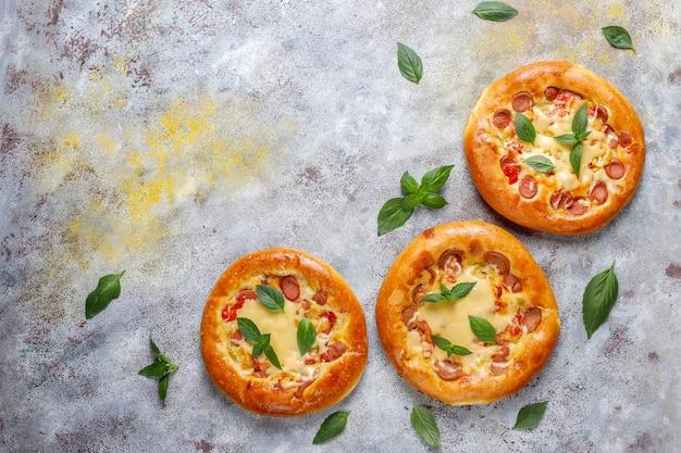 Kleine huisgemaakte pizza's vers met basilicum. Gratis Foto
