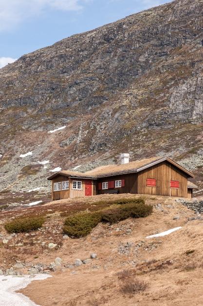 Kleine huizen in de berg van noorwegen. Gratis Foto