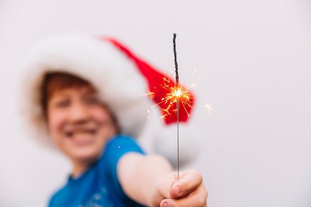 Kleine jongen bengalen licht in de hand te houden Gratis Foto