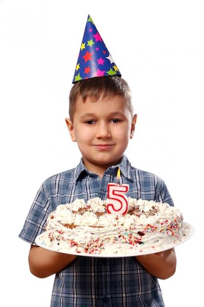 Kleine jongen blaast een kaars op zijn verjaardag Gratis Foto