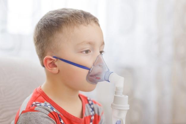 Kleine jongen doet therapeutische inhalatie Premium Foto