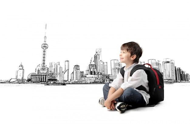 Kleine jongen en een grote stad Premium Foto